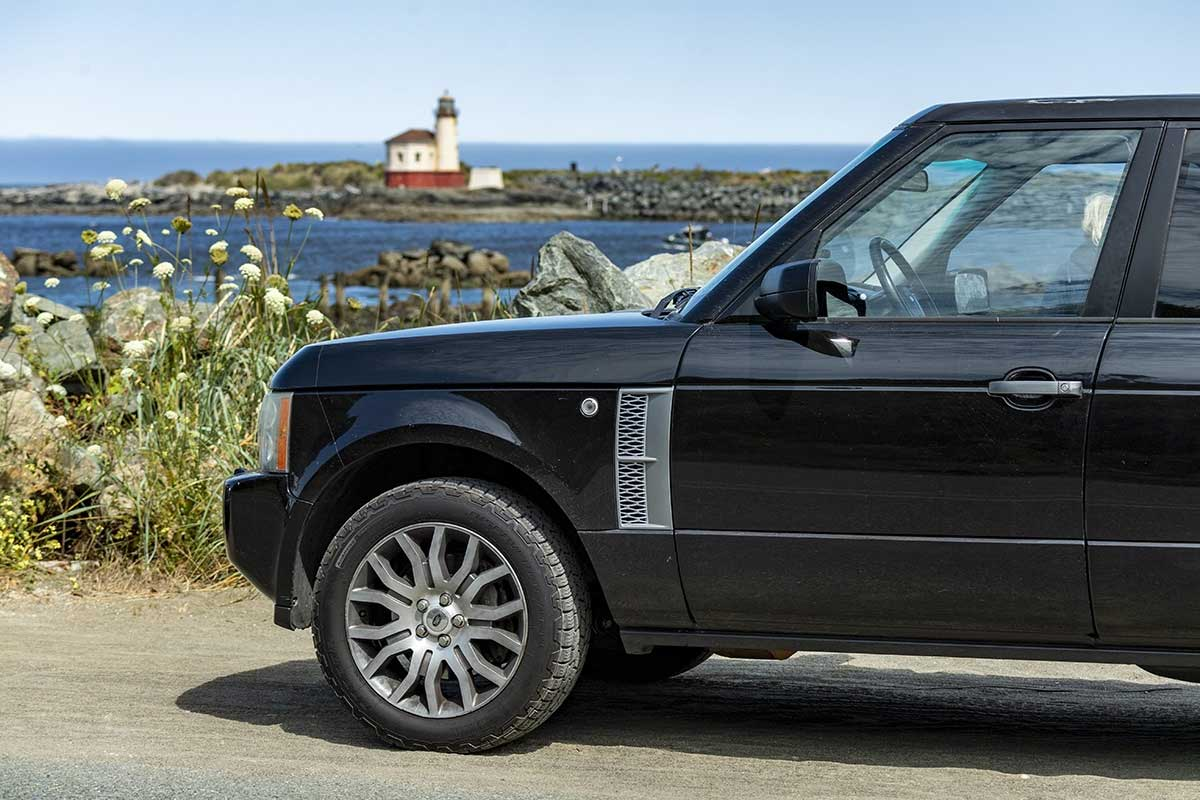 Range Rover L322 in front of lighthouse
