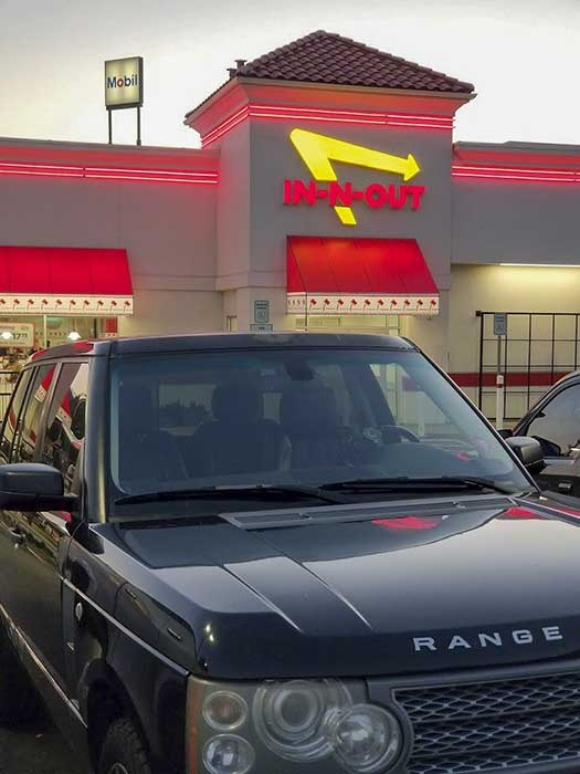 Range Rover L322 in front of In N Out Burger